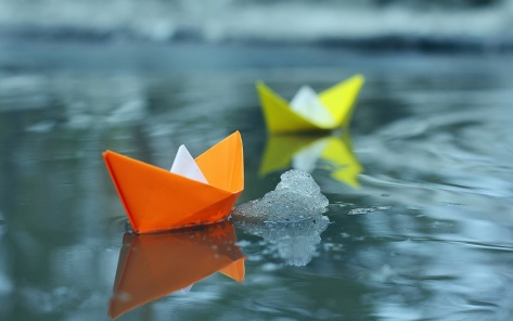 Small-paper-boats-in-water_1920x1200